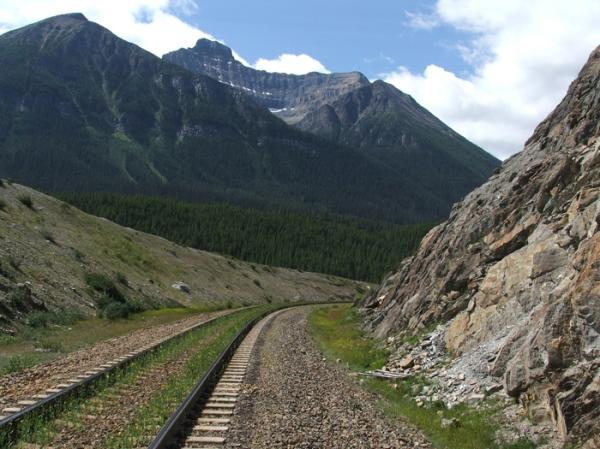 railroad cut in Alberta, Canada (© 2008 clasticdetritus.com)